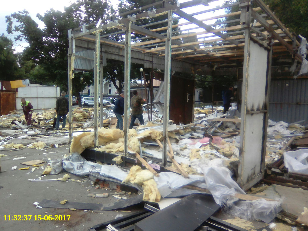 Разрушенные властями старинные торговые павильоны на Контрактовой площади в Киеве